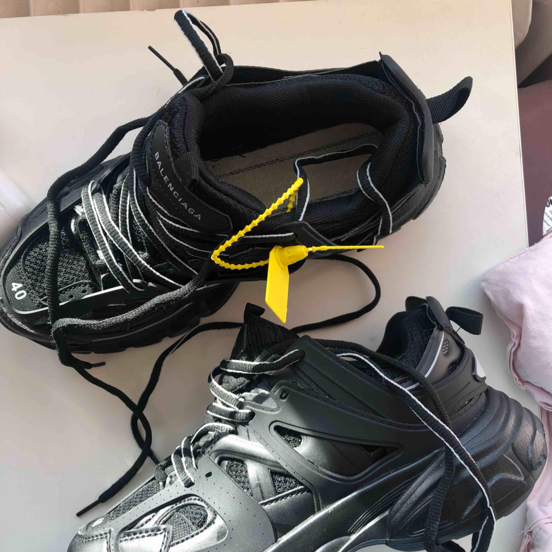 Helt nya oanvända balenciaga skor . Köpta i Ryssland . Jätte bra kopia , man ser knappt någon skillnad. Glömde lägga in sulannär jag tog bilden men den finns! säljer dessa för att de tyvärr är för små för mig. Mer som 39or skulle jag säga. . Skor.