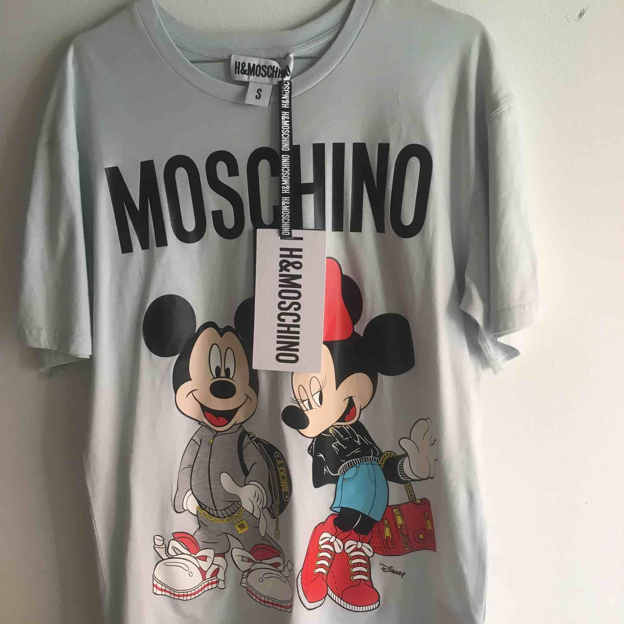 H&M collab med Moschino (&Disney) T-shirt säljes som aldrig har använts. . T-shirts.
