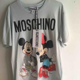 H&M collab med Moschino (&Disney) T-shirt säljes som aldrig har använts.