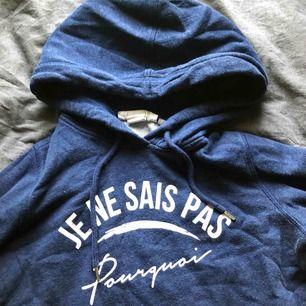 Blå hoodie som knappt är använd, storlek xs.