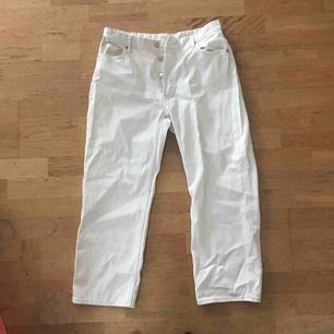 Snygga ljusa jeans som sitter perfekt som mom-jeans, högmidjade och bekväma! Knappt använda.