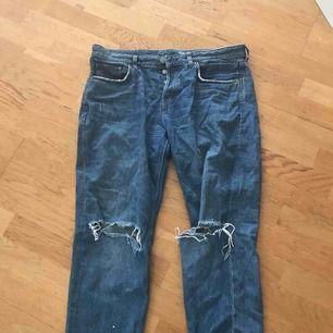 Sjukt snygga och sköna Boyfriend-jeans som är ripped vid knäna. Medium-high waisted!
