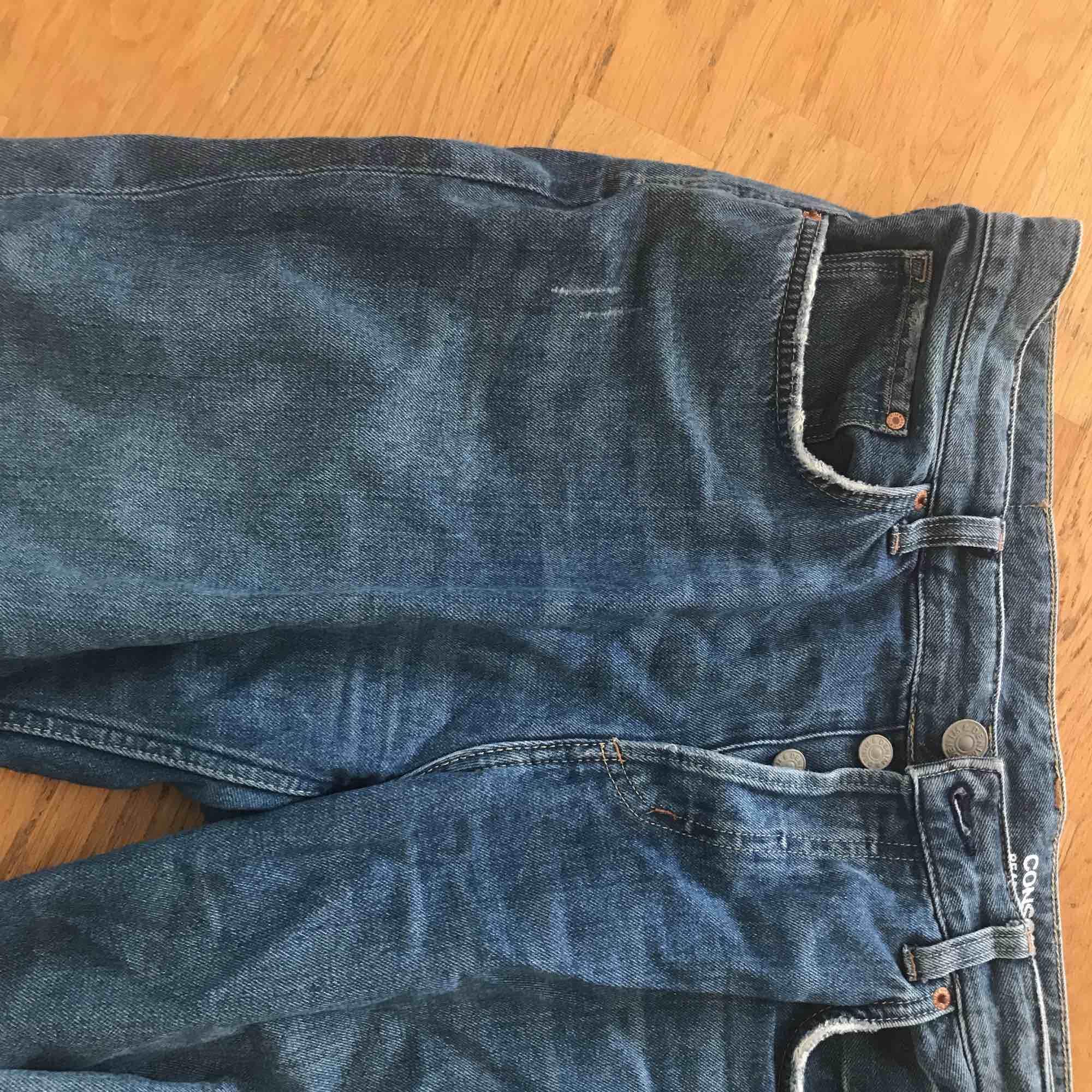 Sjukt snygga och sköna Boyfriend-jeans som är ripped vid knäna. Medium-high waisted! . Jeans & Byxor.