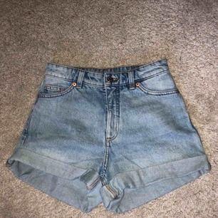 Jättefina jeansshorts från monki! Ljusblåa med lite urtvättad look. Möts upp i Stockholm alternativt att köparen betalar frakt :)