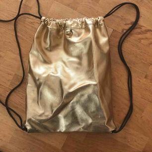 Min käraste guldväska! Så cool med så mycket utrymme i den!