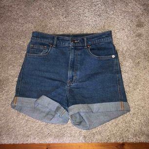 Shorts från monki i lite strechigt jeansmaterial. Snygga och praktiska. Möts upp i Stockholm alternativt att köparen betalar frakt