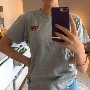 Säljer min fina cdg t-shirt! Den är i storlek S men passar mig som har XS-S. Det är unisex och priset kan diskuteras!