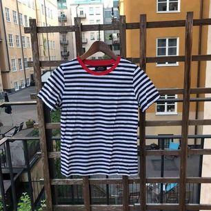 Jättesöt randig t-shirt, perfekt för sommaren! Möts upp i Stockholm alternativt att köparen betalar frakt