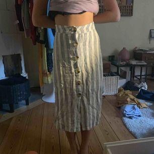 Asfin kjol från bershka! För liten för mig och knappt använd så bra skick!