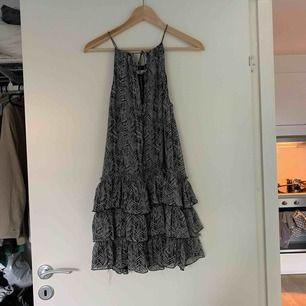 Fin mönstrad klänning från zara. Priset är inklusive frakt.