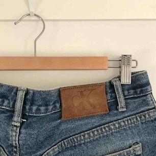 Jeans från calvin klein. Framknappen saknar en liten bit men är inte defekt, små färgfläckar (se bild). Perfekt slitna.