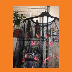 Jättecool genomskinlig tröja från bikbok! Säljs pågrund av lite användning och köparen står på frakten som ligger på ca 50kr🥰🥰