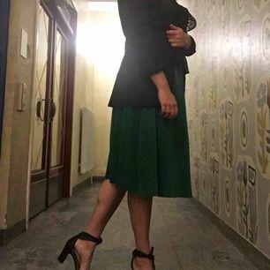 Fin kjol i en härlig grön färg. Sparsamt använd. Storlek L men den kan passa en M också. Frakt ingår