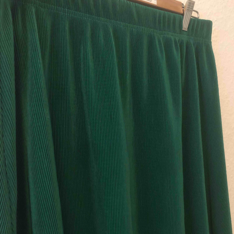 Fin kjol i en härlig grön färg. Sparsamt använd. Storlek L men den kan passa en M också. Frakt ingår . Kjolar.