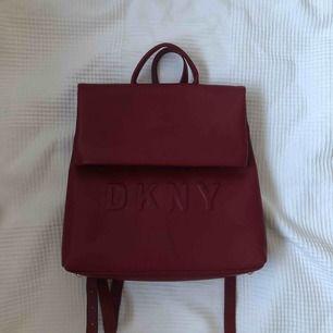 Säljer min oanvända DKNY ryggsäck! Den är rymlig (får plats med min MacBook) och stilren. En ficka utanpå och flera fickor inuti. Köpt för 1000kr :) priser kan diskuteras vid snabb affär.