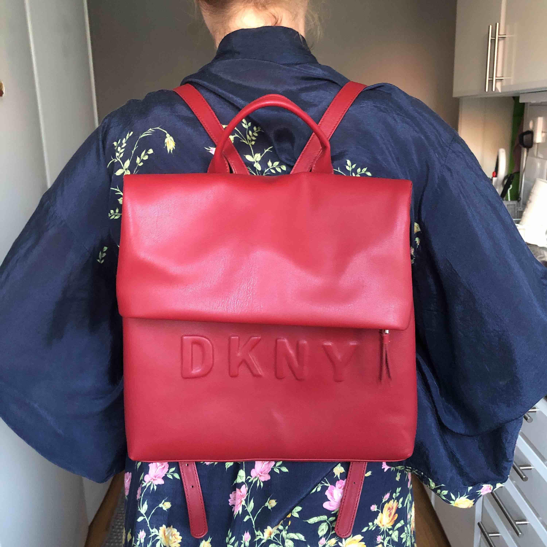 Säljer min oanvända DKNY ryggsäck! Den är rymlig (får plats med min MacBook) och stilren. En ficka utanpå och flera fickor inuti. Köpt för 1000kr :) priser kan diskuteras vid snabb affär.. Väskor.