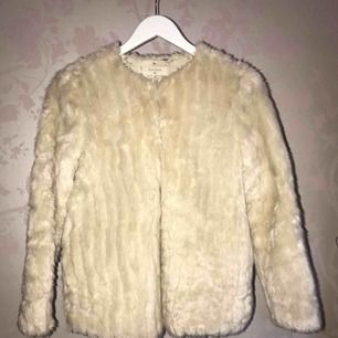 Detta är en faux fur jacka från Zara. Super fin och skön.  Passar XS - S. En toppenjacka när man vill vara lite extra elegant eller mysig! Jackan är krämvit/beige  *Köparen står för fraktkostnad😊