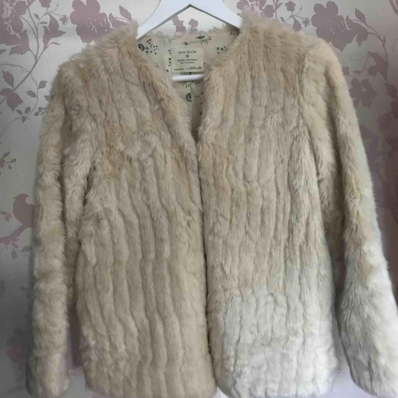 Detta är en faux fur jacka från Zara. Super fin och skön.  Passar XS - S. En toppenjacka när man vill vara lite extra elegant eller mysig! Jackan är krämvit/beige  *Köparen står för fraktkostnad😊 . Jackor.