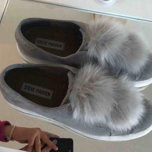Steve Madden, Bryanne skor. Använd några gånger men bra skick. Strlk 39 (men små i storleken) Kan mötas upp i Stockholm annars står köparen för frakten.