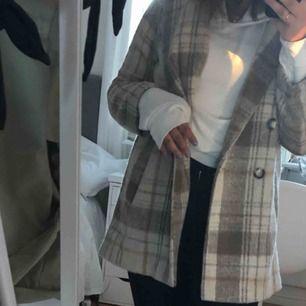 Jättefin kappa i mycket bra skick. Strlk 36 köpt för 400kr. Kan mötas upp i Stockholm annars står köpare för frakt.