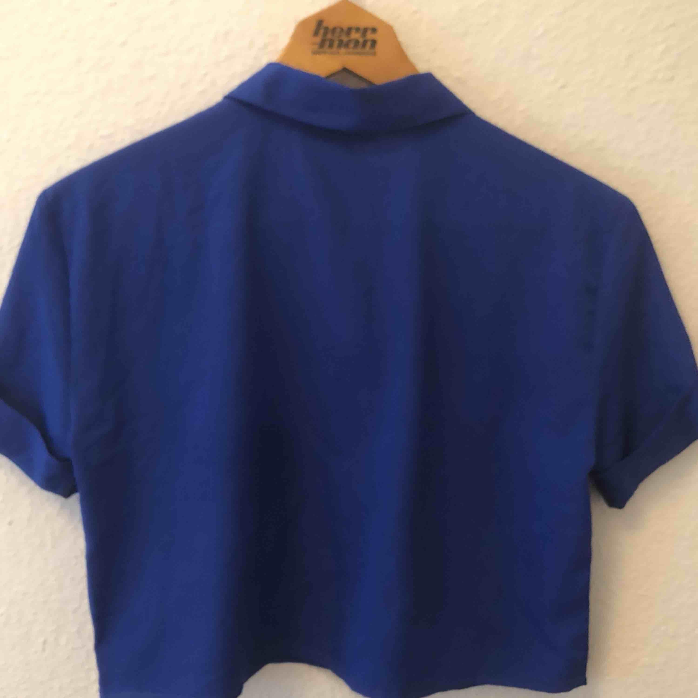 Croppad skjorta från Beyond Retro. Använd en gång. Storlek M. Frakt ingår. . Skjortor.