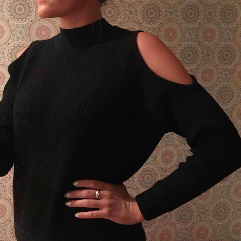 """Superfin stickad svart tröja med häftiga detaljer.  Without shoulders (""""cold shoulder-topp"""")💁🏽♀️  Svart , devided H&M. Superfint skick. Använd typ 1gång  *Köparen står för fraktkostnad😊   . Toppar."""