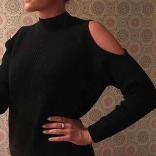 """Superfin stickad svart tröja med häftiga detaljer.  Without shoulders (""""cold shoulder-topp"""")💁🏽♀️  Svart , devided H&M. Superfint skick. Använd typ 1gång  *Köparen står för fraktkostnad😊"""