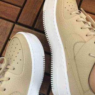 Oanvända Nike Airforce 1's i härligt fräscht beiget läder. Go platå på ungefär 2 cm som bidrar lite till längden ;) köpta från shelta för 1199kr