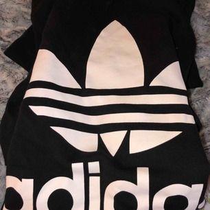 Riktigt snygg hoodie från Adidas, i fint skick och inte använd nå mycket!