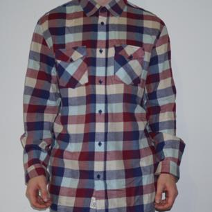 Skjorta från RipCurl. Väldigt stor i passform och knappt använd. Passar som XL.