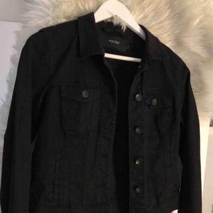 Snygg svart jeansjacka ifrån vero Moda, använd 2 gånger och är i väldigt fint skick!:)