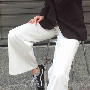 Hjälper min kompis att sälja hennes vita ace jeans från Weekday!! Använda 1-2 ggr därav priset. Extremt bra skick.👼🏽 Frakt ingår ej.