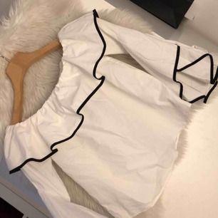 Populär blus ifrån Zara!! Knappt använd!!