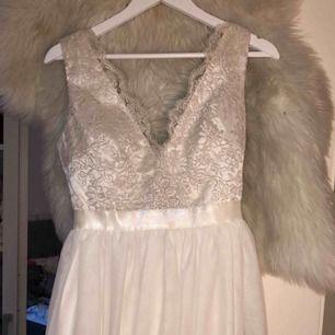 Jätte fin klänning!!köpt från bubbleroom för 1000 kr. Använd 1 gång, passar jätte fint till bröllop eller andra finare tillfällen