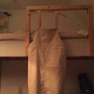 Säljer min klänning från mobil som jag köpte för ca 5 månader sen. Har aldrig använt utan endast provad. Köpte tyvärr i fel storlek och eftersom den endast hänger i garderoben. Nypris 300 kr