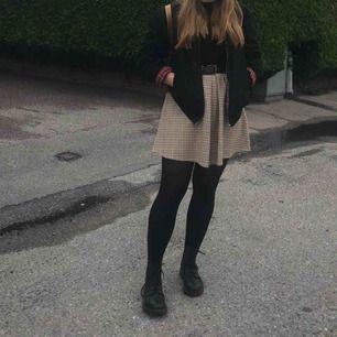Söt, rutig hängselklänning. Kan även användas som kjol. Köpt på ZARA i Dublin i höstas för 400kr, använd endast en gång.