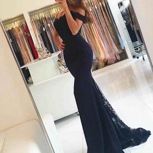 Säljer min superfina klänning i navy/black färg från Dressroom i Göteborg. Finns i Stockholm/Södertälje men kan även fraktas🌸 använd i några timmar helt fräsch och ren. Köpt för 4500kr, säljs för 2000kr. Pris går absolut att diskuteras vid snabbaffär💕