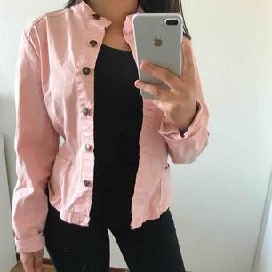 En rosa jeansjacka i storlek S, har en liknande & därför säljer jag denna. Super snygg rosa nu till sommaren & är i tunt material
