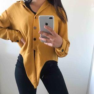 En super snygg gult shorta med snygg knyt detalj längst ner. Jag personligen har bär Xs/S & så sitter den på mig. Super snygg gul/orange färg