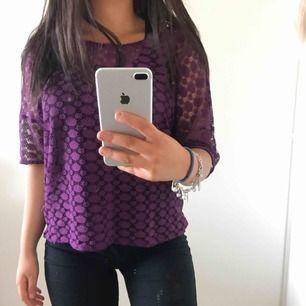 En snygg festlig topp i färgen lila, jag har ett linne under toppen men det funkar med bh med. Snygg & somrigt