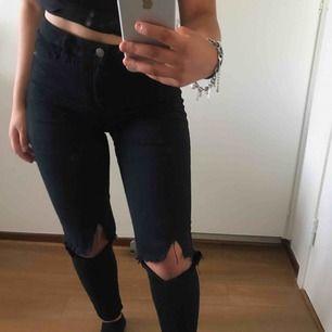 Ett par snygga svarta jeans köpa från Gina tricot, använder knappt längre. Dem har ett litet hål i fickan på baksidan (SE BILD 3) annars är dem i bra skick