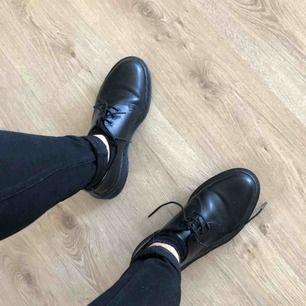 Dr martens storlek 42, använda en vecka, så de är i helt nytt skick och är jättefina. Som nya!  Säljes då jag har problem med fötterna och behövde mjukare skor!  Nyputsade och impregnerade, köpta för 1499 kr på SKO UNO