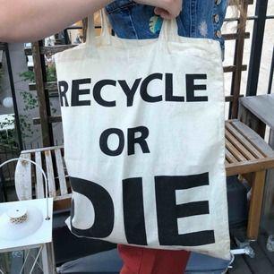 """Tygkasse med texten """"recycle or die"""". Möts upp i Stockholm alternativt att köparen betalar frakt!"""