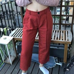 Jättesnygga röda byxor från Pull&Bear. Tunna så passar jättebra på sommaren! Möts upp i Stockholm alternativt att köparen betalar frakt