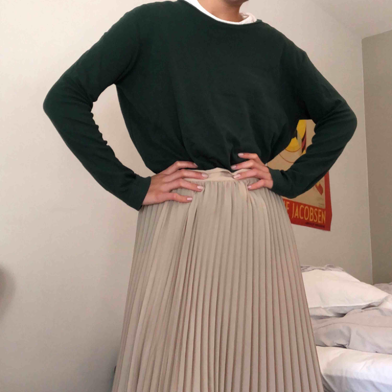 Grön långärmad tröja från weekday! . Huvtröjor & Träningströjor.