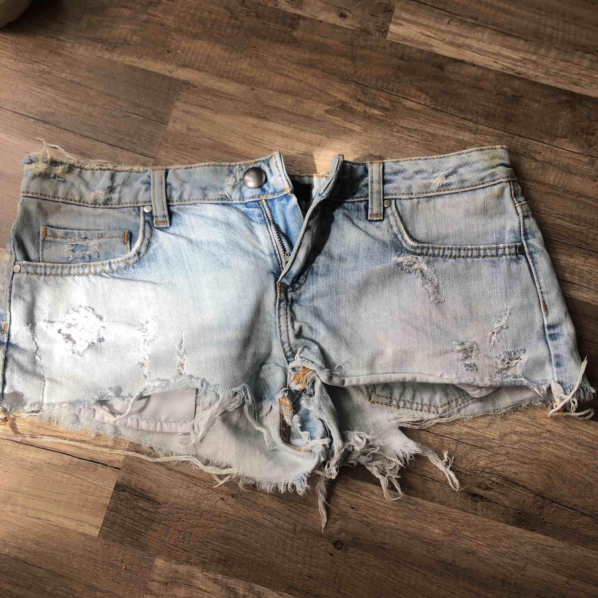 50 kr frakt, jeansshorts jättebekväma och i fint skick. . Shorts.