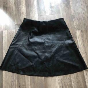 Jättefin oanvänd kjol i skinnimitation. Luftig och jättebekväm! 50 kr frakt