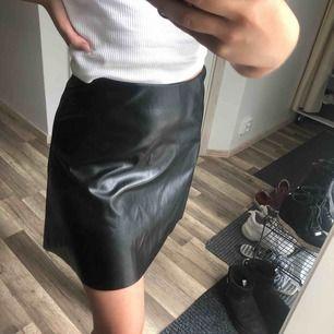 Jättefin oanvänd kjol i skinnimitation, 50 kr frakt