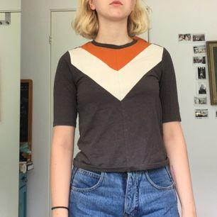 En t-skirt från Monki. Bara använt fåtal gånger och i gott skick!:)