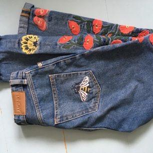 Ett par super snygga jeans från Monki med broderier längs benen och fickan. Säljs för att dom är för små:(